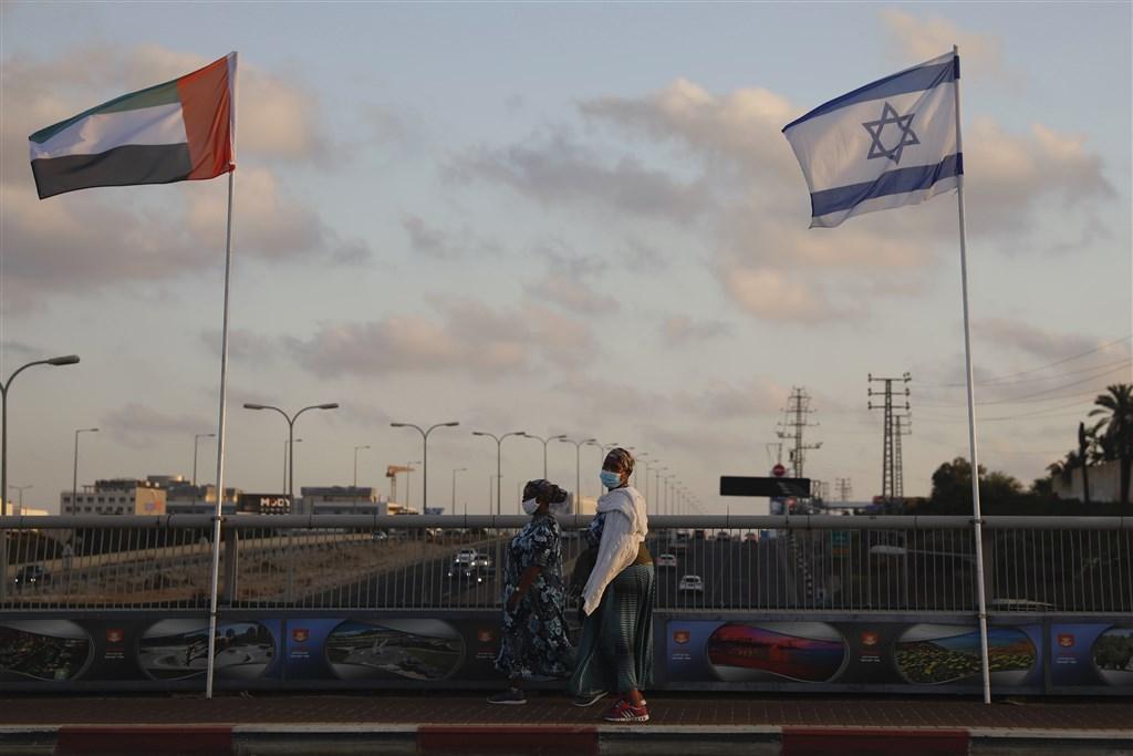 經美國居間斡旋,以色列與阿拉伯聯合大公國達成兩國關係邁向正常化協議。圖左為阿聯國旗,右為以色列國旗。(美聯社)