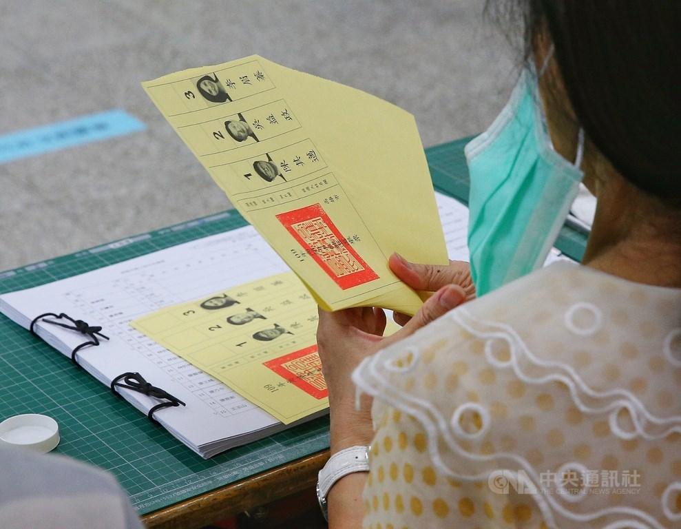 中選會17日表示,網路上頻傳選務造假、電腦作票等假訊息,但投開票及電腦計票過程完全公開透明,不可能作票。(中央社檔案照片)
