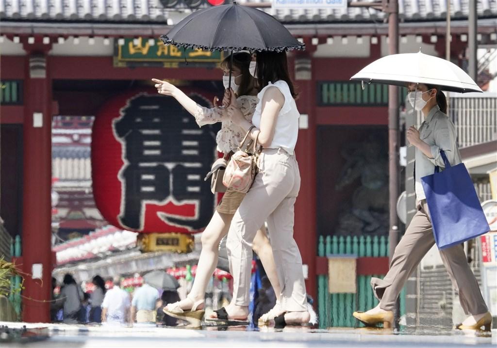 日本近期高溫不斷,東京都監察醫務院統計,東京都8月以來因中暑過世的,已達到79人。圖為東京淺草17日下午民眾在酷暑下撐傘。(共同社)