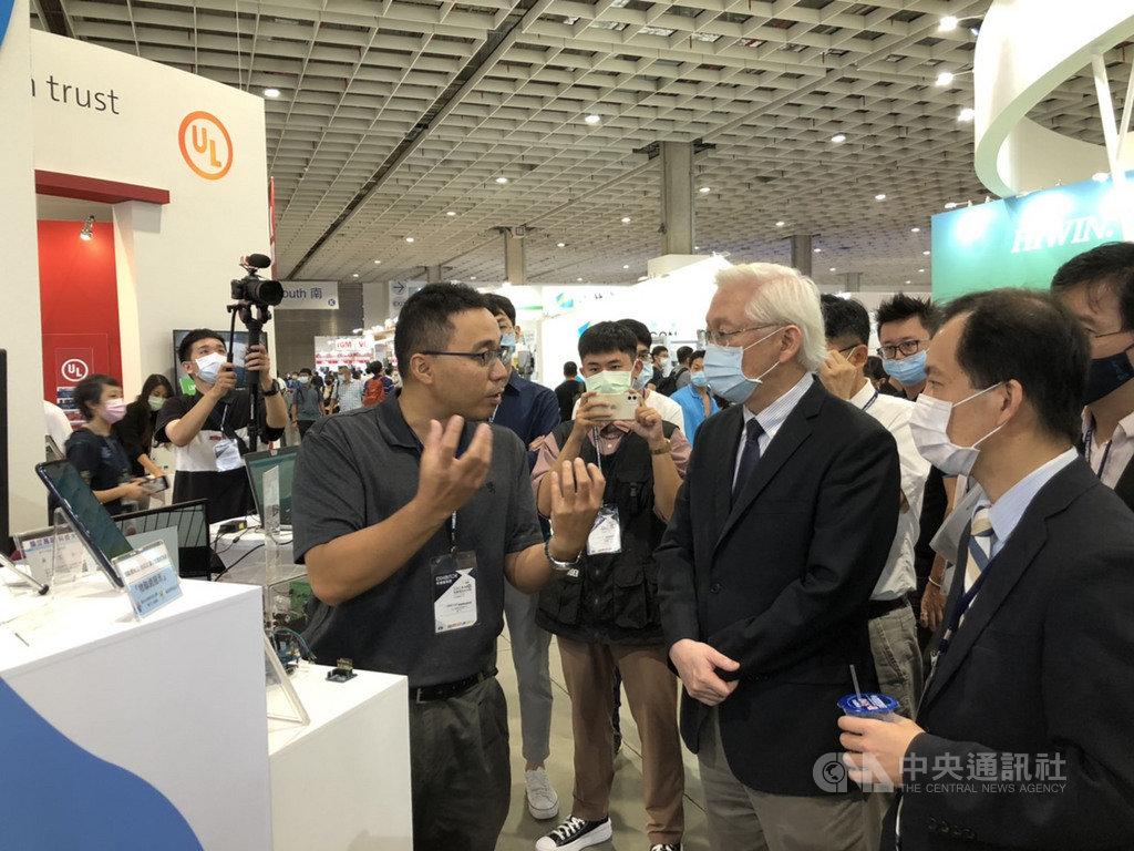 科技部智慧機械創新館19日在台北南港展覽館1館開幕,科技部長吳政忠(右2)與科技部工程司司長徐碩鴻(右1)正在聽團隊報告研究成果。中央社記者蘇思云攝  109年8月19日