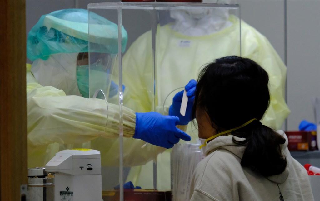 指揮中心19日宣布擴大採檢,未來發燒、呼吸道症狀、不明原因腹瀉者,只要曾接觸國外返台人士或從事外送人員等高風險職業,都可經醫師評估採檢。(中央社檔案照片)