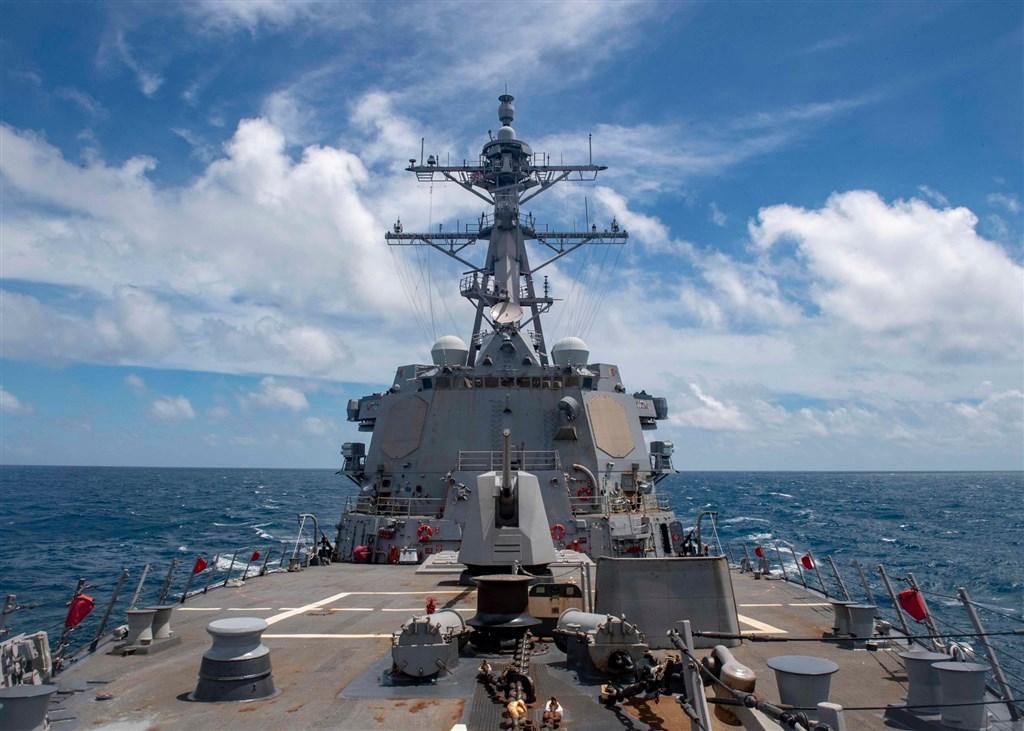 澳洲媒體獨家提前取得一份有關美國國家安全的解密文件,透露出川普政府過去列為機密的印太地區戰略細節,要點包括保衛台灣在內的第一島鏈國家。圖為美國第7艦隊勃克級導向飛彈驅逐艦馬斯廷號2020年8月18日航經台灣海峽。(圖取自facebook.com/USPacificFleet)