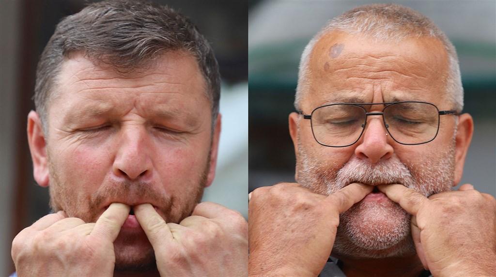 土耳其庫胥柯伊村村民卡拉德尼茲(左)、寇達拉克(右)13日示範使用口哨語。他們從孩童時期就開始使用這種語言與人溝通。中央社記者何宏儒吉雷松攝 109年8月19日
