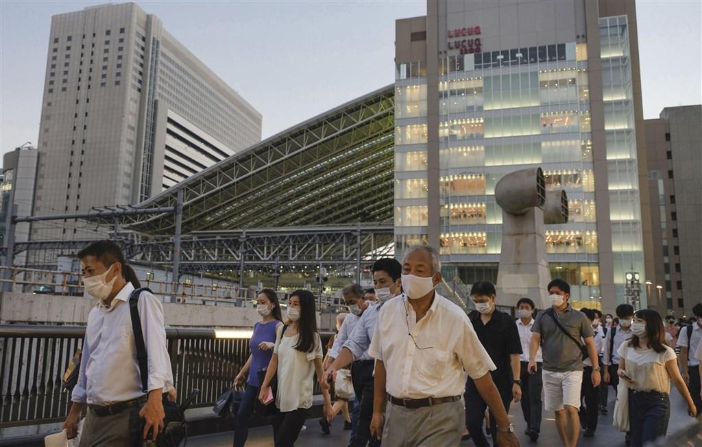 日本19日新增武漢肺炎確診1072例,其中大阪新增187例,超過東京的186例。圖為大阪車站前人潮。(共同社)