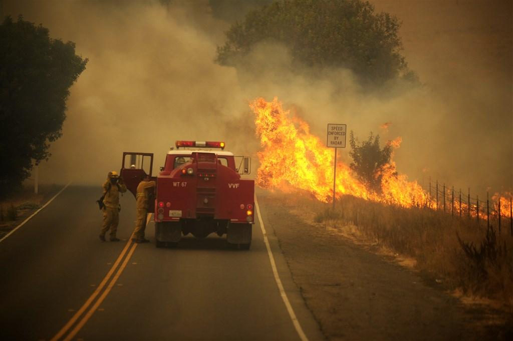 美國加州19日深夜遭一系列快速蔓延的野火肆虐,燒毀數十棟民宅和建築物。(安納杜魯新聞社)