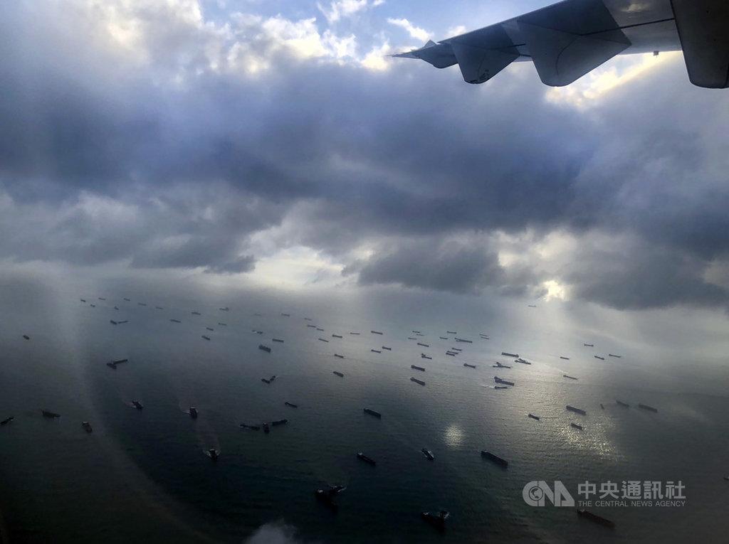 馬祖海域面臨中國抽砂船影響環境等問題,有當地居民日前搭飛機欲欣賞機外風景時,意外發現地區海域上滿是抽砂船。(馬祖居民提供)中央社記者邱筠馬祖傳真 109年8月21日