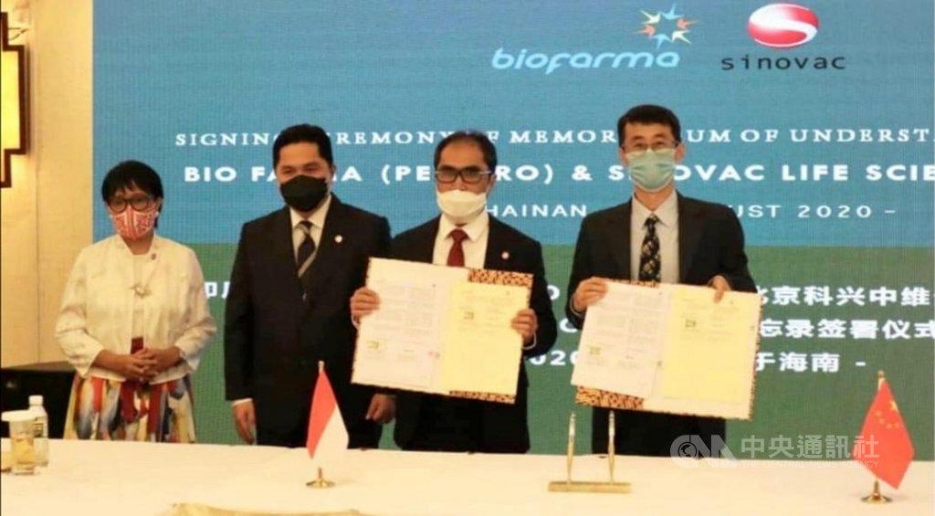 印尼外交部長勒特諾(左1)國營事業部部長索赫(左2)20日在中國海南省見證印尼與中國的主要疫苗開發業者簽訂合作發展武漢肺炎疫苗協議。(印尼外交部提供)中央社記者石秀娟雅加達傳真 109年8月21日