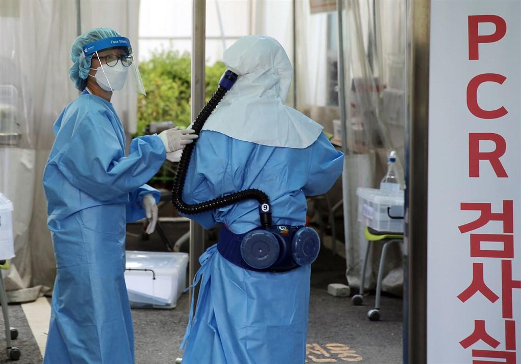 韓國最新單日新增確診破300例,除濟州道外所有一級行政區都出現確診。圖為韓國醫護人員準備進行核酸(PCR)檢驗。(韓聯社)