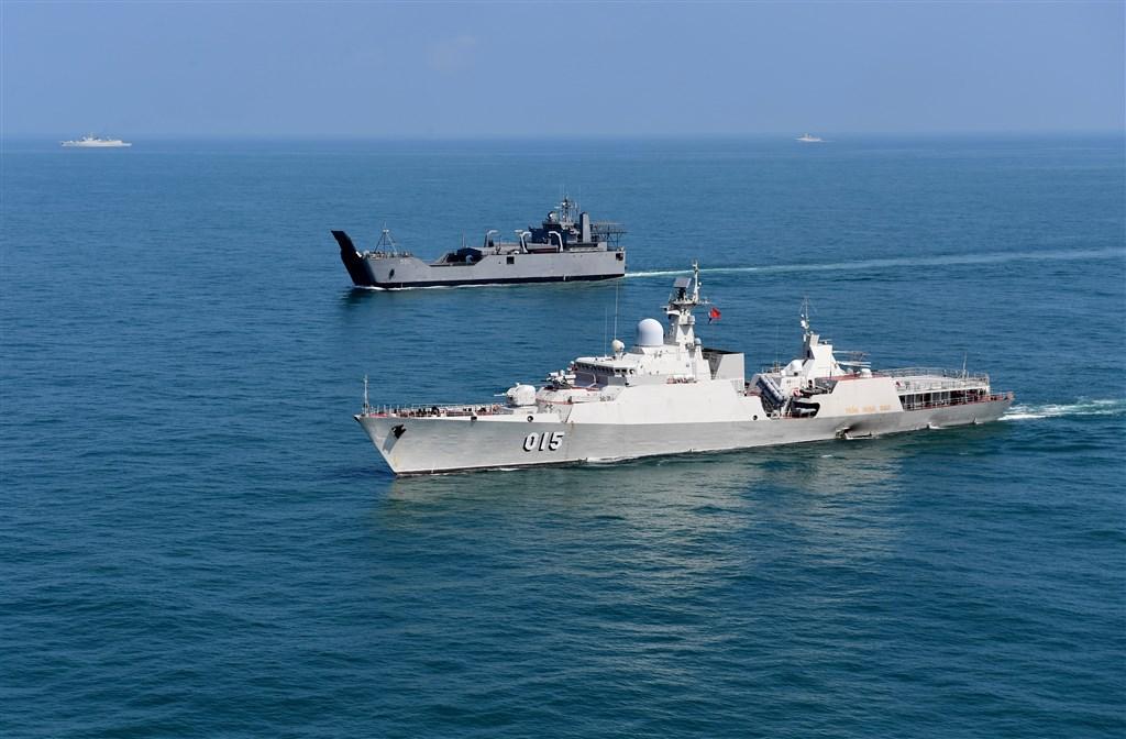 國防部31日公布「109年中共軍力報告書」指出,近期美軍擴大台灣周邊海域巡弋力度,共軍依「逢艦必跟、逢機必查」方式跟監警戒。圖為共軍過去演習情形。(中新社)