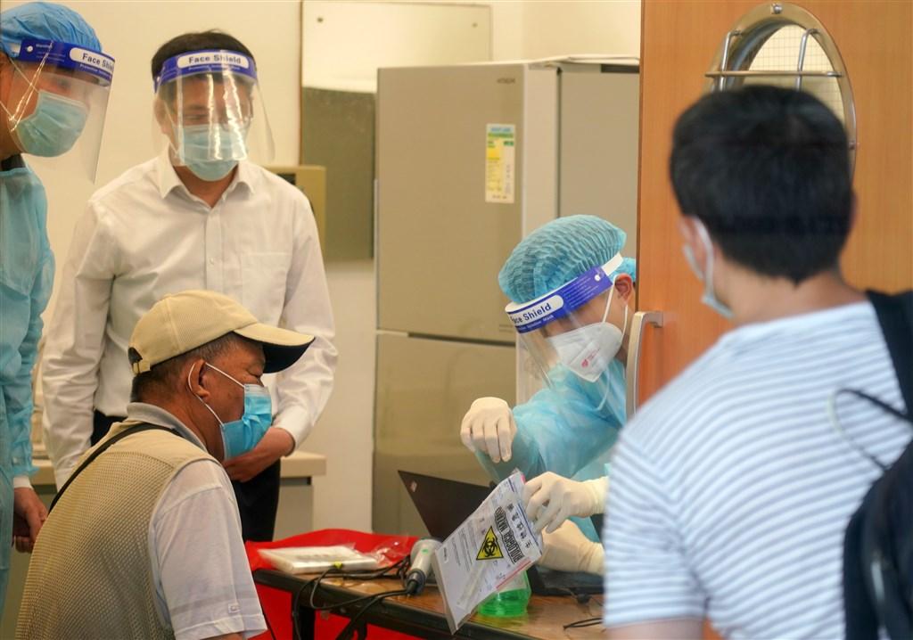 香港行政長官林鄭月娥21日表示,在北京中央的協助下,港府將自9月1日起為全民檢測2019冠狀病毒。圖為18日香港民眾進行武漢肺炎檢測。(中新社)