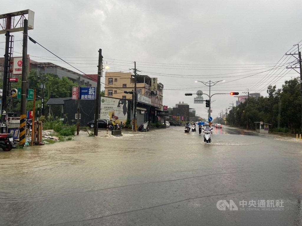 受到颱風巴威影響,高雄市22日下午強降雨,造成燕巢區樹德科技大學一帶積水,車輛涉水穿越,險象環生。(民眾提供)中央社記者王淑芬傳真 109年8月22日