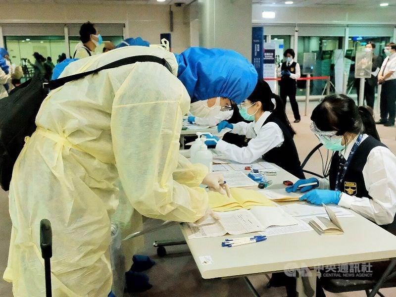 中央流行疫情指揮中心宣布,台灣10日新增1例武漢肺炎確診,為境外移入,目前全台累計496例。圖為桃園機場旅客入境檢疫作業。(中央社檔案照片)