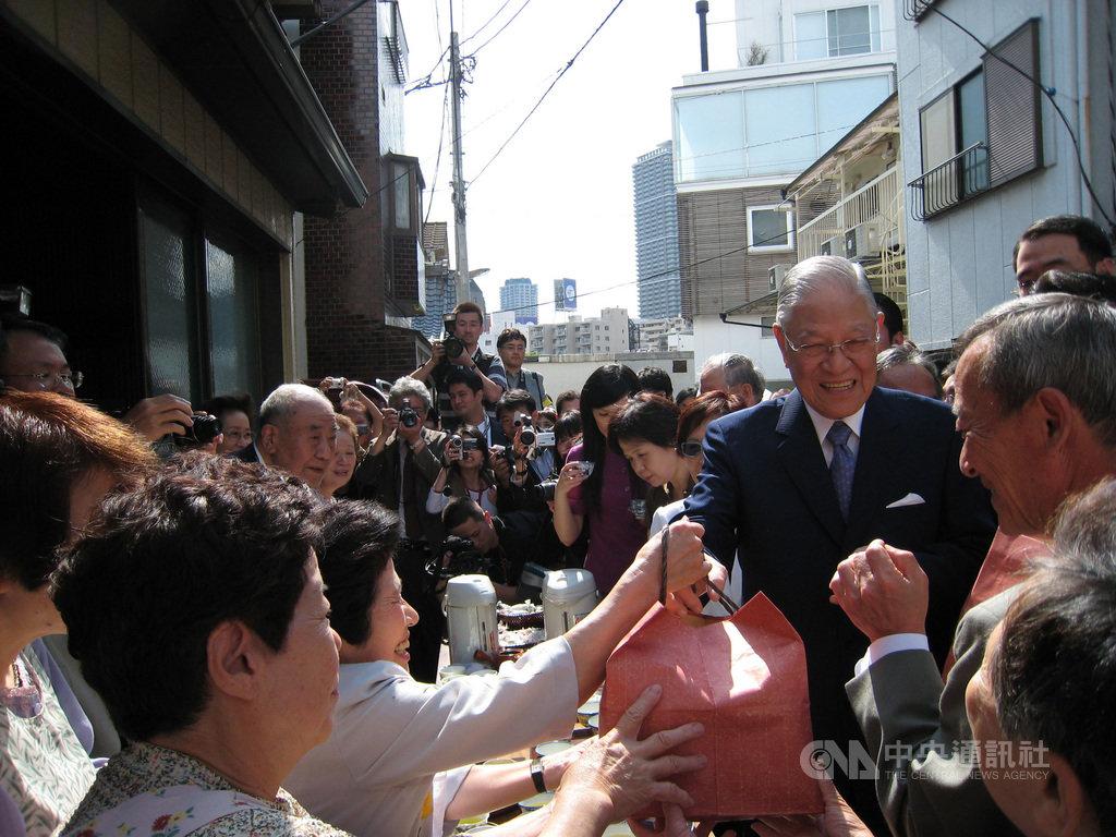 前總統李登輝在好友中嶋嶺雄的安排下於2007年5月底至6月初展開「台日學術文化交流與奧之細道」之旅,這是他2000年卸任總統後首度訪東京、在東京演講、開記者會。中央社記者楊明珠東京攝 109年8月23日