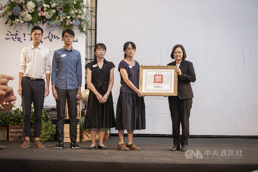 總統蔡英文(右)23日親自頒發褒揚令,表彰台灣文史專家莊永明對傳承及發揚台灣文化的卓越貢獻。(總統府提供)中央社記者葉素萍傳真 109年8月23日