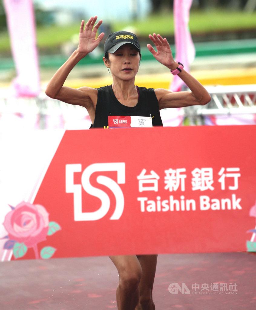 台新銀行女子半程馬拉松23日正式開跑,台灣女將傅淑萍以1小時22分53秒成績,成功蟬聯半馬冠軍。(中華民國路跑協會提供)中央社記者黃巧雯傳真 109年8月23日