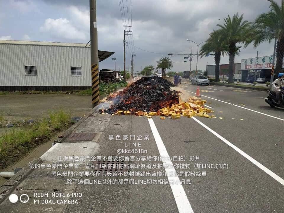 台南市22日發生一輛載運金紙的貨車突然起火,在網路引起熱議,更有民俗專家說,這是好兄弟動手搶「運鈔車」。(圖取自facebook.com/tod3028.monarch)