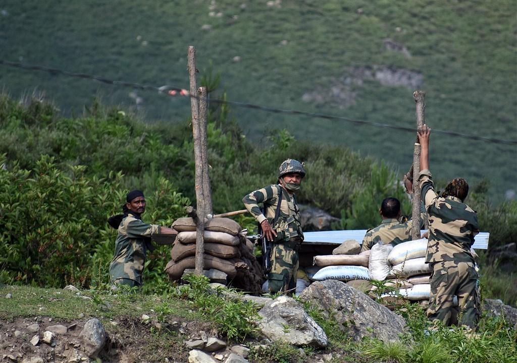 印度國安與軍事高層22日召開會議,研判中國利用談判掩飾且繼續在當地建設軍事基礎設施,印度已考慮把軍事行動納入因應選項。圖為6月16日印度軍人在中印邊界設立軍事掩護。(安納杜魯新聞社)