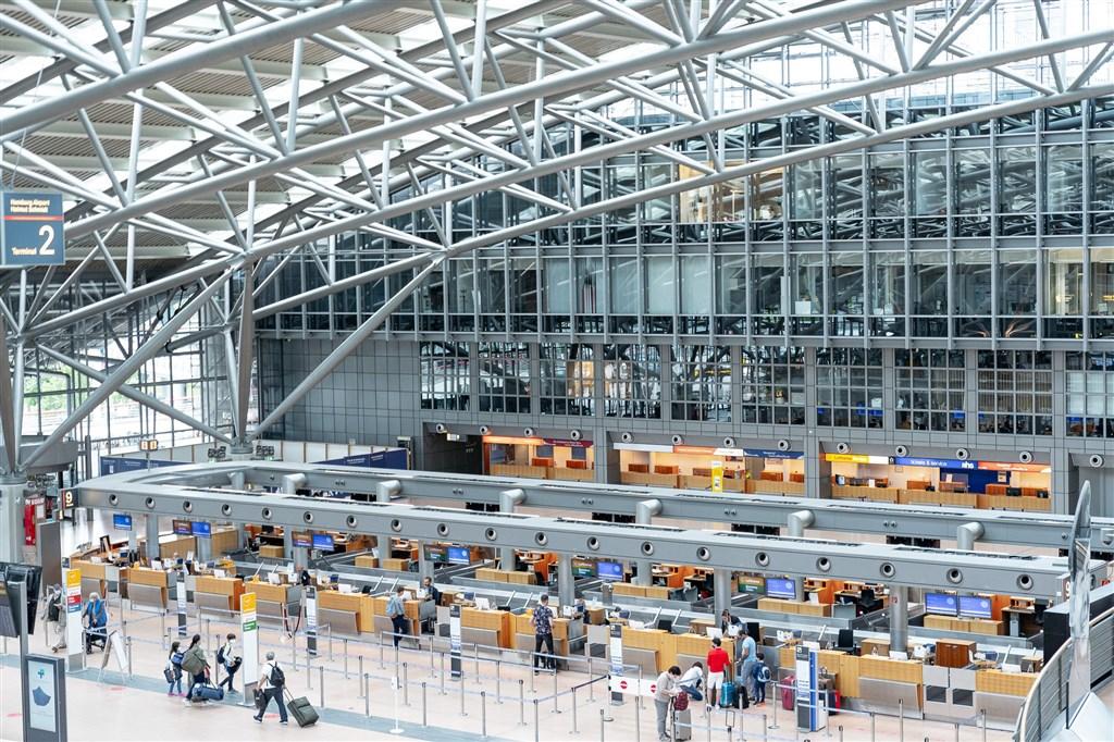 德國規定從高風險國家返國的人必須接受篩檢,結果大幅增加實驗室的負擔,德國政府決定近日內停止對入境者強制篩檢。圖為德國漢堡機場。(圖取自facebook.com/HamburgAirport)