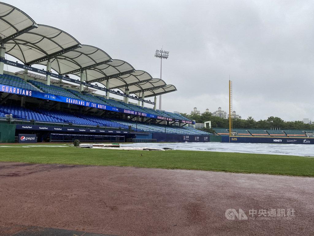 中華職棒27日原定在新莊棒球場進行統一獅隊與富邦悍將隊的賽事,因雨決定延賽。中央社記者楊啟芳攝 109年8月27日