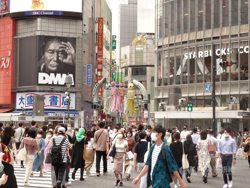 日本境內武漢肺炎疫情持續延燒,東京都27日新增250例,累計病例數突破2萬大關。圖為東京澀谷車站前人潮。(中央社檔案照片)
