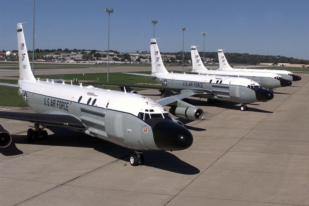 中國26日向南海發射彈道飛彈後,NHK設置在沖繩縣美軍嘉手納基地附近的攝影機,捕捉到一架美軍偵察機RC-135S落地返回機庫。圖為停在美國內布拉斯加州的RC-135S。(圖取自維基共享資源;版權屬公眾領域)
