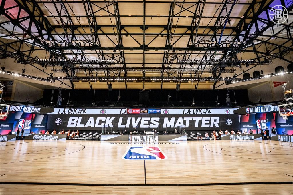 為抗議非裔男子布雷克遭警槍擊癱瘓而罷賽的第3天,NBA聯盟和球員工會宣布,29日起恢復季後賽比賽。圖為洛杉磯快艇隊球場放著「黑人的命也是命」標語。(圖取自facebook.com/pg/LAClippers)