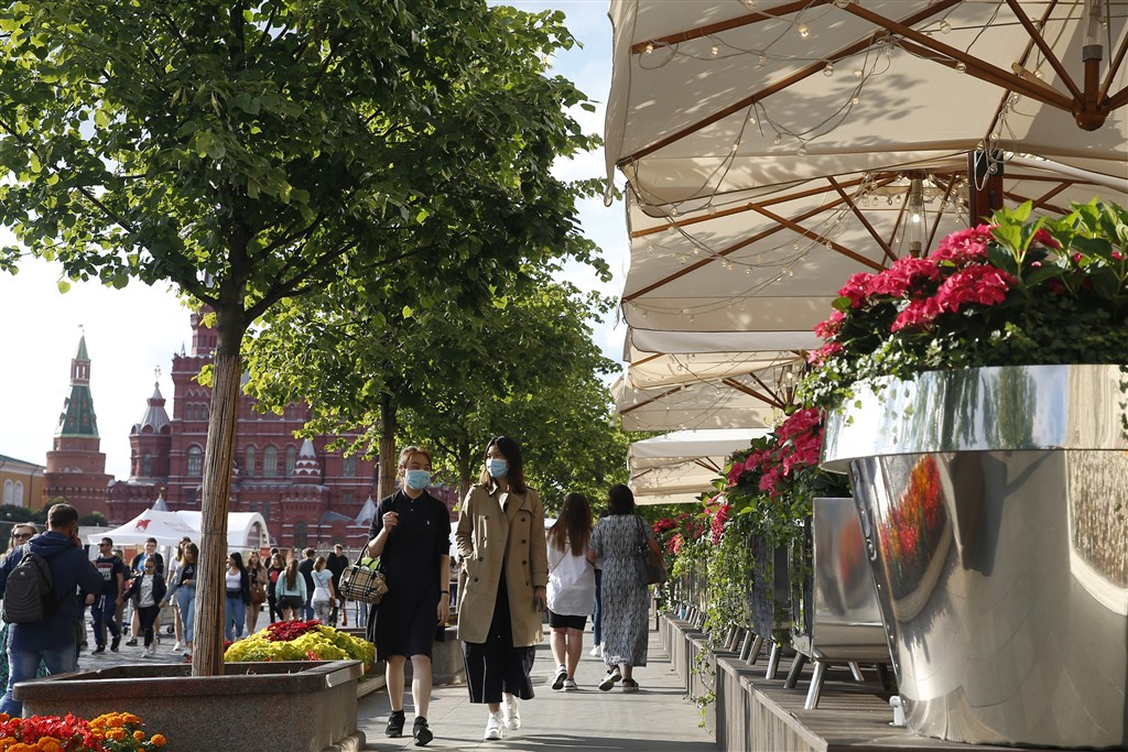 俄羅斯當局27日通報,境內新增4711起武漢肺炎確診病例,並傳出疑似首起二度感染武漢肺炎病例。圖為莫斯科街頭民眾戴口罩防疫。(安納杜魯新聞社)