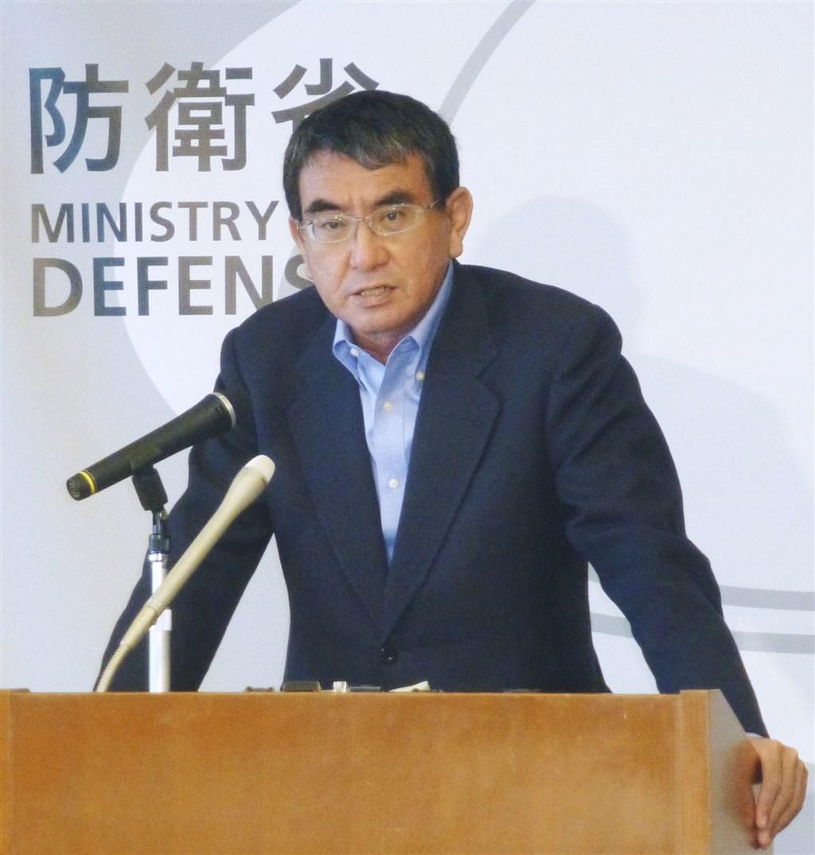 日本防衛大臣河野太郎29日表示,他與美國國防部長艾斯培立場一致,即日、美反對片面改變南海和東海重大航道的現狀。圖為28日出訪關島前的河野太郎。(共同社)
