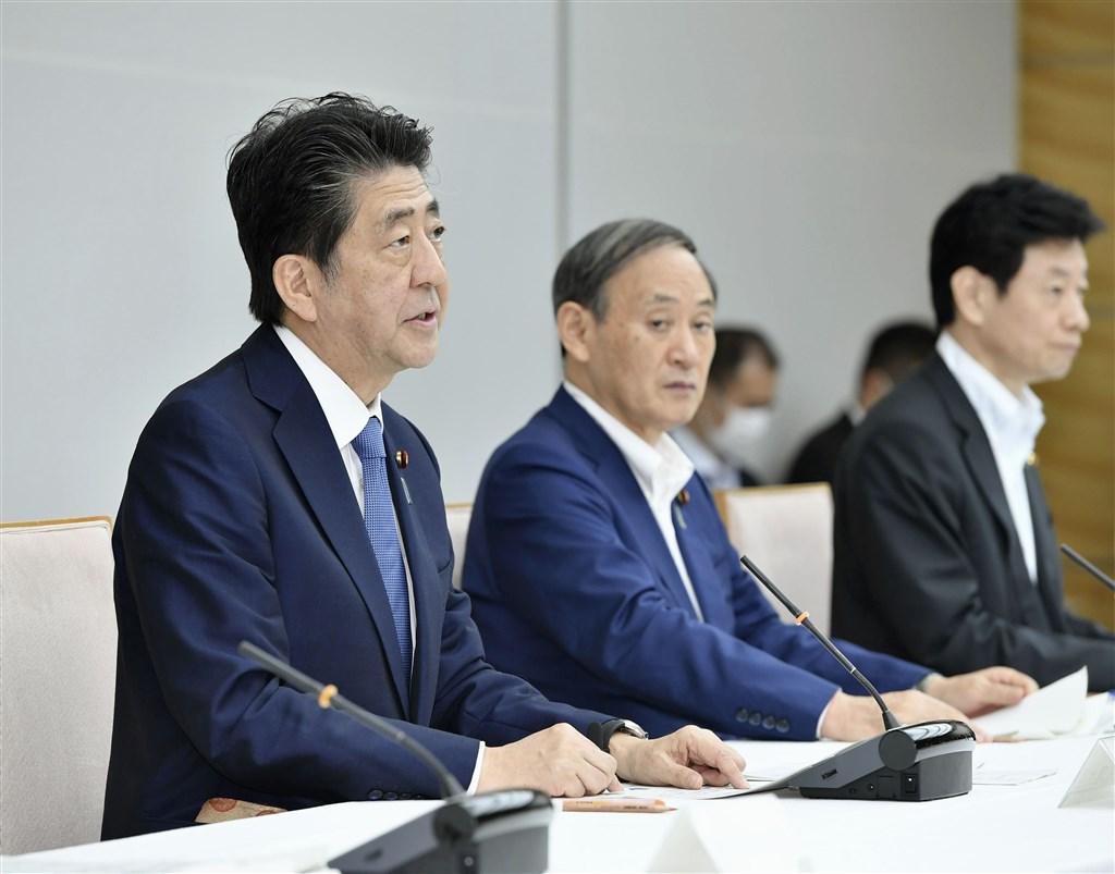 日本首相安倍晉三(左)因舊疾潰瘍性大腸炎復發28日請辭。日媒報導,執政黨自民黨希望9月16日舉行國會臨時會指定出新首相。圖為安倍晉三28日出席疫情記者會。(共同社)