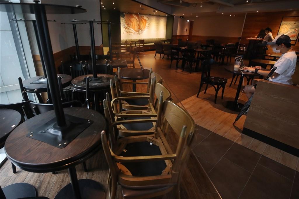 第2.5階段社交距離規範將自30日生效,餐廳與麵包店可營業到晚上9時,晚上9時到隔天凌晨5時只能外帶或外送。圖為首爾一間咖啡店因應未來僅能外帶措施,部分桌椅已堆置於店內角落。(韓聯社)