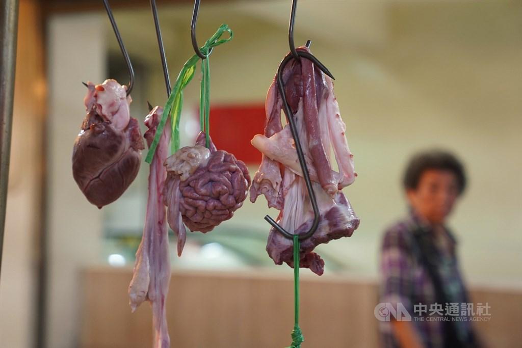 府院拍板鬆綁美國瘦肉精豬肉進口引發爭議,藍營縣市長先後表示食安應採高標準。圖為傳統市場內豬肉攤商販售豬內臟等。中央社記者徐肇昌攝 109年8月28日