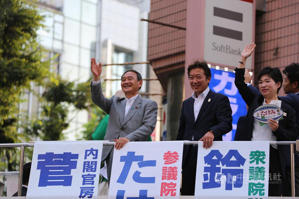 日本首相、執政黨自民黨黨魁安倍晉三因舊疾復發28日宣布請辭,自民黨內主流派傾向支持內閣官房長官菅義偉接棒。圖為去年7月參議院選舉時,高人氣的菅義偉(左1)助選的情況。中央社記者楊明珠東京攝 109年8月31日