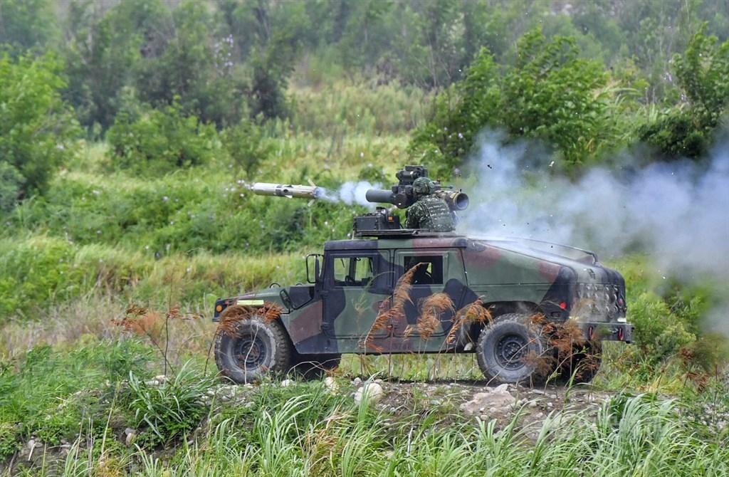 國防部31日指出,共軍對台戰術戰法運用仍受限台海天然地理環境,且登陸載具和後勤能力不足。圖為7月漢光演習,悍馬車搭載拖式飛彈發射。(中央社檔案照片)