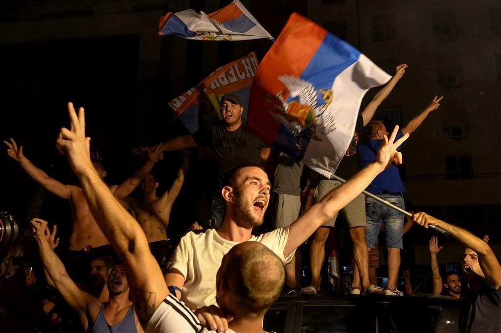蒙特內哥羅30日舉行國會大選,31日開票結果顯示,反對陣營在這次競爭激烈的選舉取得些微優勢,反對黨支持者上街歡呼慶祝。(法新社)