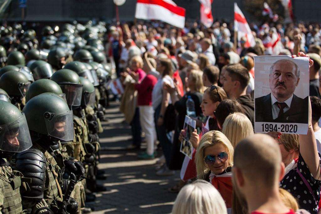 白俄羅斯反對派30日發起另一波大規模集會,抗議強人總統魯卡申柯連任。當局因應情勢,在首都明斯克加強部署大量鎮暴警力與部隊。(法新社)