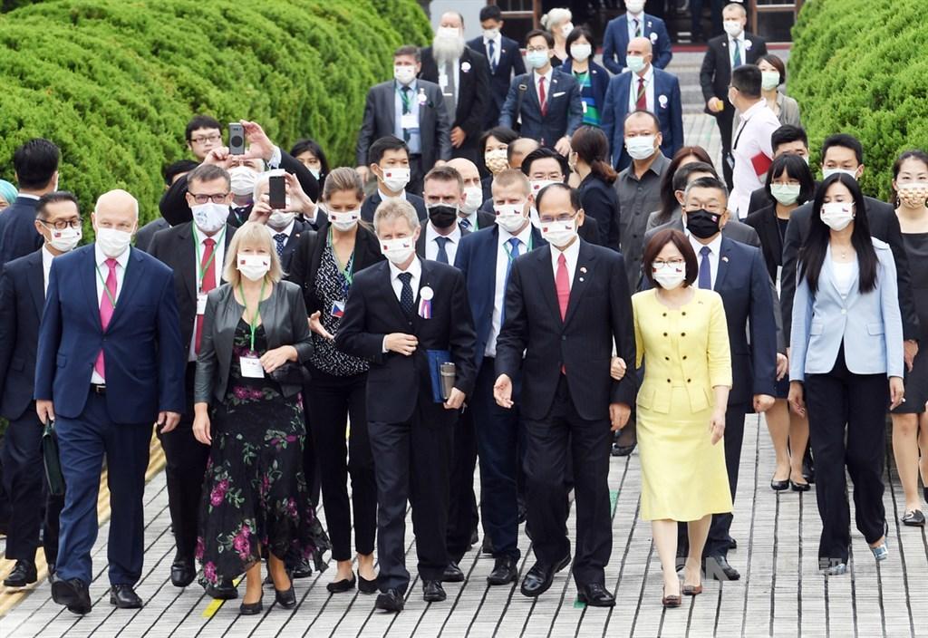 捷克參議院議長維特齊(前排右3)1日上午應立法院長游錫堃(前排右2)的邀請,率訪問團參訪立法院。中央社記者施宗暉攝 109年9月1日
