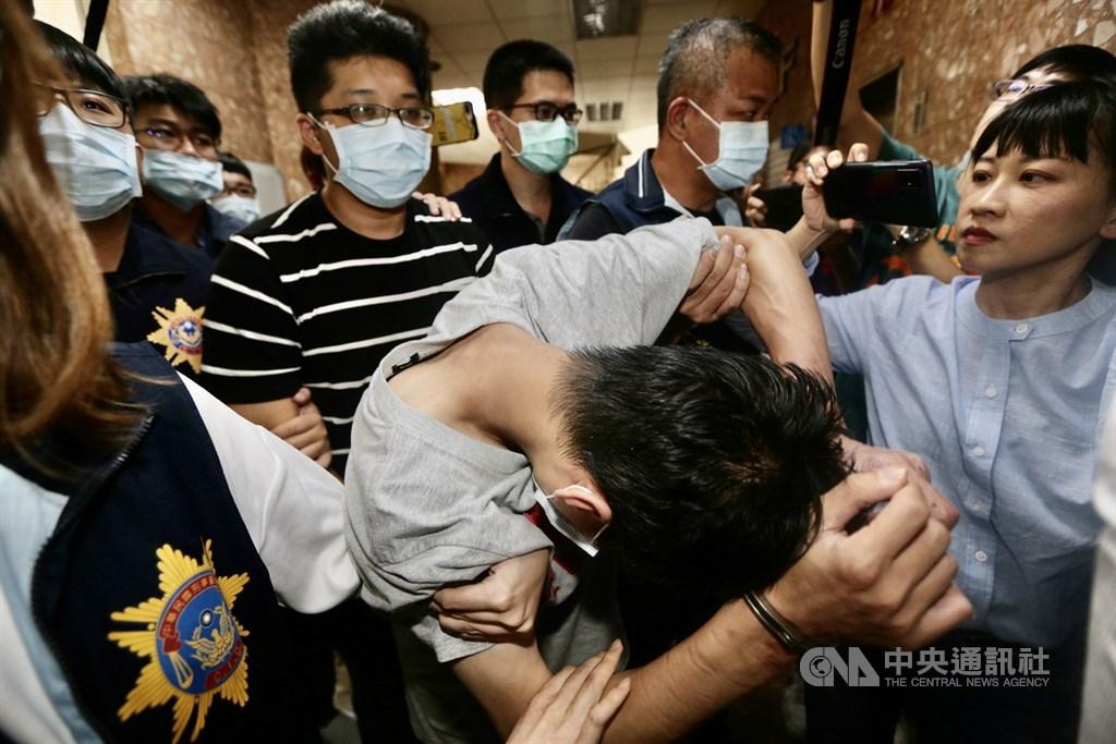 高雄失聯國中少女1日在新竹竹東被尋獲,37歲盧姓男子(前中低頭者)、29歲王姓男子(後條紋衣者)及31歲羅姓男子3名嫌犯也陸續被逮捕,隨即由警方帶回高雄展開進一步偵訊調查。中央社記者董俊志攝 109年9月1日