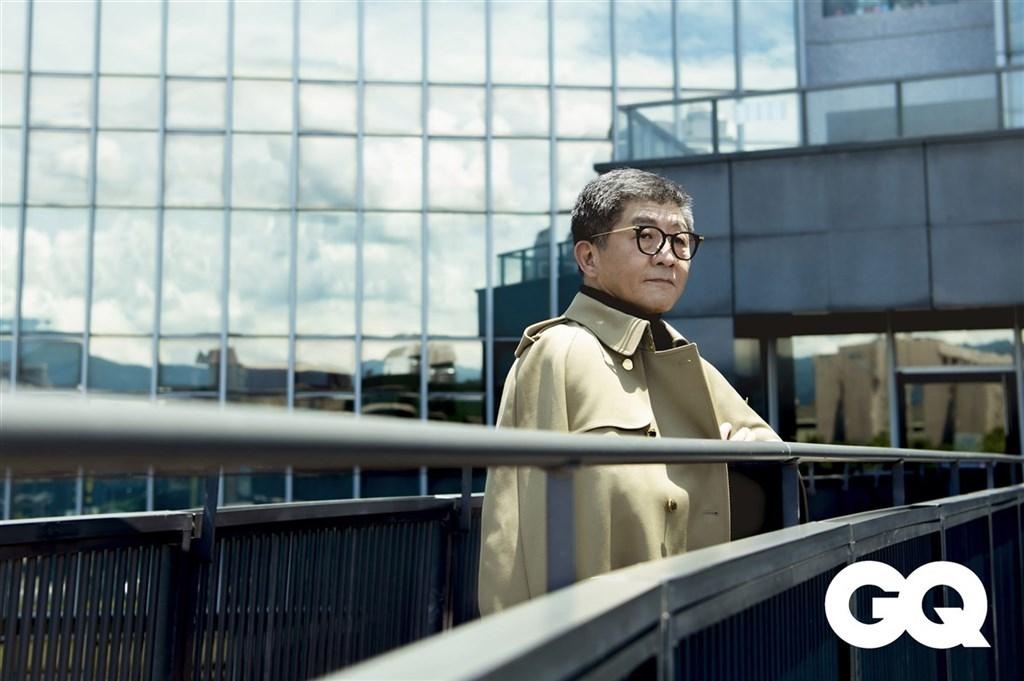 衛福部長陳時中接受時尚雜誌GQ專訪,換上排扣大衣戴上眼鏡,展現紳士風範。(GQ雜誌提供)中央社記者陳秉弘傳真 109年9月2日