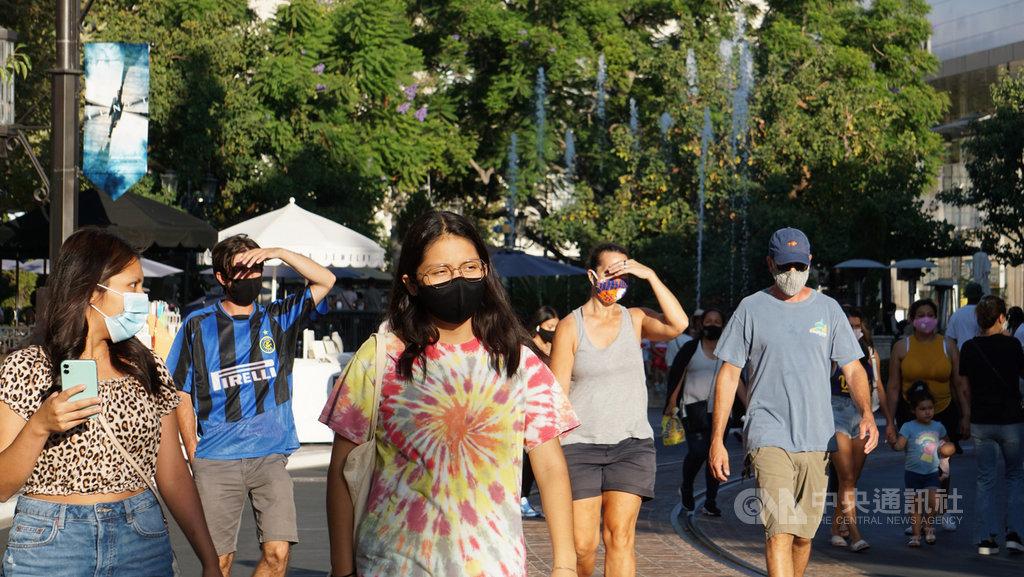 2019冠狀病毒疾病(COVID-19)疫情自3月在美國爆發以來,至今半年,戴口罩防疫的風氣逐漸普及,圖為洛杉磯的購物商場。中央社記者林宏翰洛杉磯攝 109年9月2日
