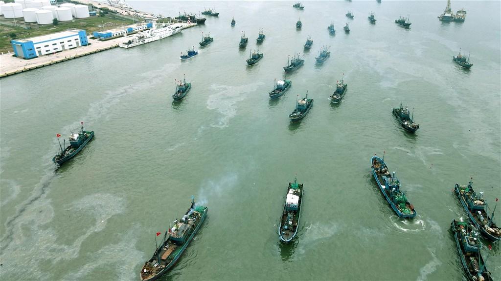 秘魯海軍25日密切關注約250艘中國漁船的動向,船隊因就在秘魯外海航行與作業,不僅激怒秘魯漁業團體,也引爆美國和中國在推特的口水戰。圖為中國山東省漁船出海。(中新社)