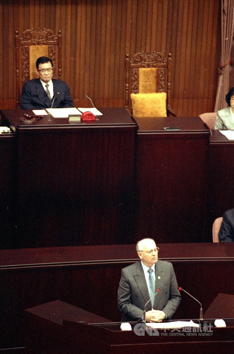 1994年3月24日前蘇聯領袖戈巴契夫(前)在立法院演說引起轟動。(中央社檔案照片)