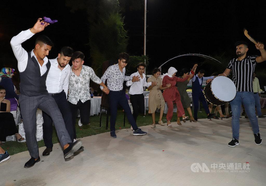 8月9日在土耳其南疆哈泰省雷伊漢勒一場婚宴中手拉手起舞的賓客。由於武漢肺炎通報病例數持續攀升,當局9月4日起禁止在婚禮中跳舞。中央社記者何宏儒雷伊漢勒攝 109年9月3日