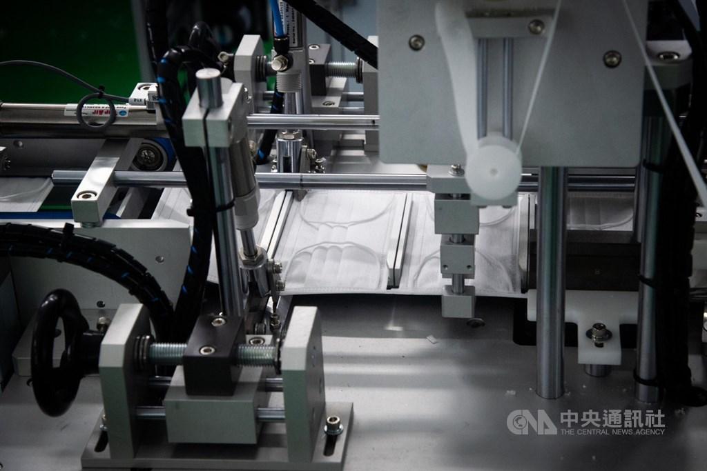 經濟部工業局表示,加利曾獲經濟部「附條件贈與」一台口罩生產機台,承諾的500萬片口罩已繳交。(示意圖/中央社檔案照片)