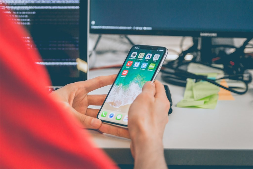 蘋果公司釋出iOS 13.7作業系統更新,可讓用戶加入武漢肺炎暴露通知系統而無須下載App。(圖取自Unsplash圖庫)