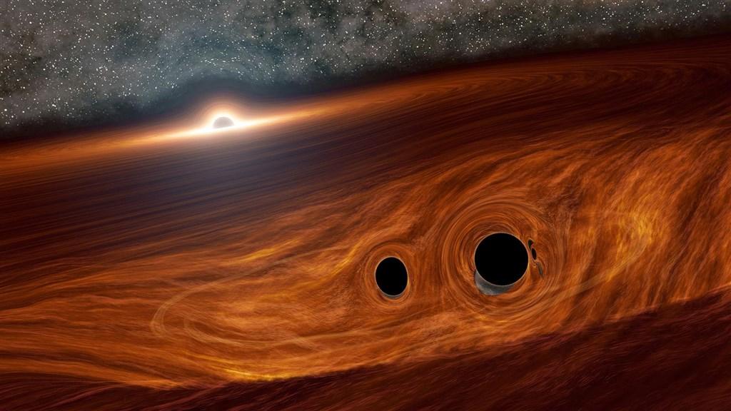 據美國雷射干涉重力波天文台及義大利室女座偵探測站偵測所得,在「宇宙深處之中,有兩個黑洞旋渦彼此捲進對方,並且合併為一」。此為模擬圖。(圖取自天文物理期刊通訊網頁aasnova.org)