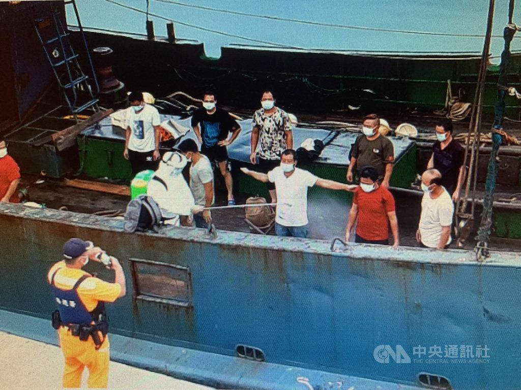 一艘中國籍漁船3日越界到苗栗外海捕魚,台中海巡隊獲報,派遣巡防艇與金門艦登檢,將人船一併押返偵辦。(台中海巡隊提供)中央社記者蘇木春傳真 109年9月4日
