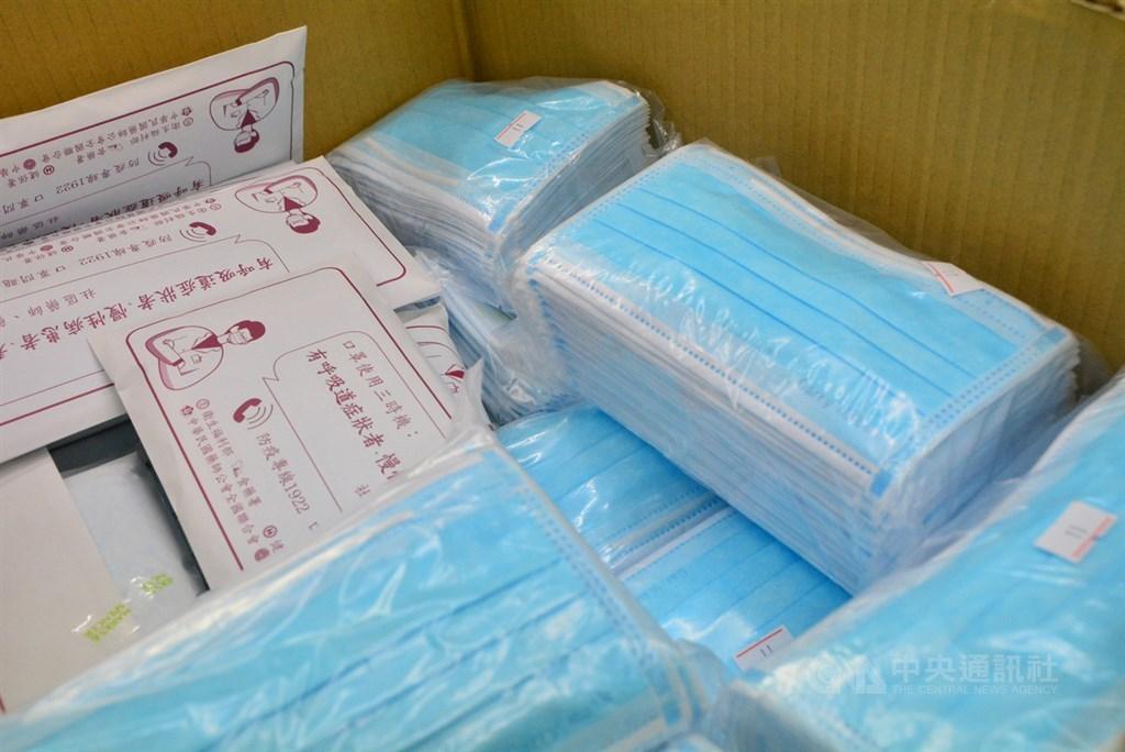 加利進口中國口罩混充醫用口罩,負責人林明進聲稱品質比國家隊更佳。但專家說,防護率就算達99%,但若不透氣,民眾動不動拿下來也沒用。圖為新莊區羽豐藥局仍堆著一箱已下架的加利口罩,等待郵局回收。中央社記者黃旭昇新北攝 109年9月4日
