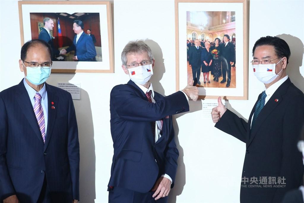 外交部長吳釗燮(右)與捷克參議院議長維特齊(Miloš Vystrčil)(中)3日在外交部舉行聯合記者會,並參觀台捷兩國交流的紀念照,兩人比出大拇指表示肯定。左為立法院長游錫堃。中央社記者王騰毅攝 109年9月3日