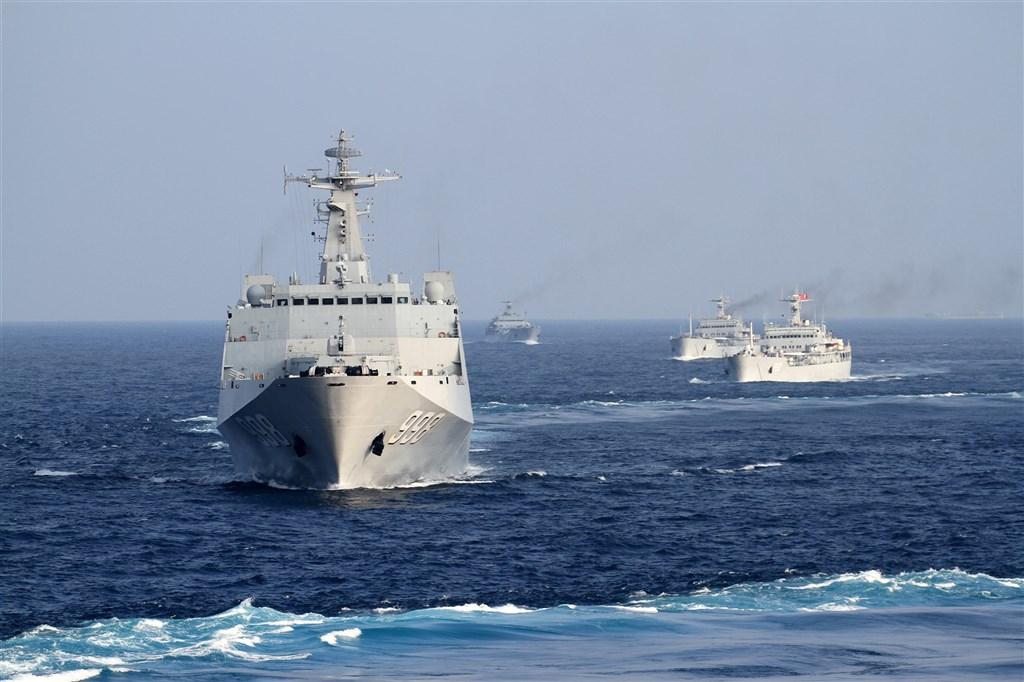 日本產經新聞4日引述台灣的國防部1日送交立法院一份不公開的中國軍力年度報告指出,中國南海艦隊今年初首度接近包含美國夏威夷在內的區域,並在附近演習。圖為2017年中國南海艦隊出海訓練。(中新社)