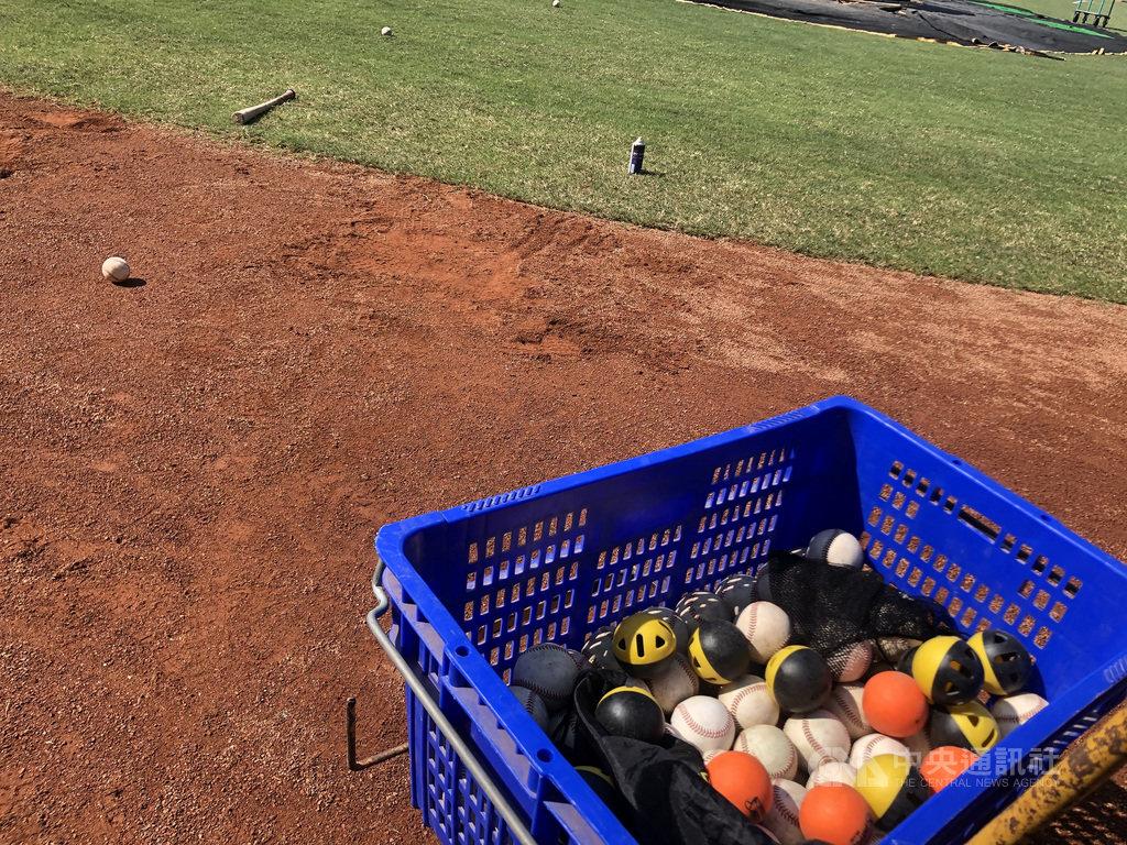 中華職棒樂天桃猿隊朱育賢近期長打回溫,他5日受訪透露,近兩週打擊練習嘗試用「重量球」(圖),建立擊球確實度、打擊時的壓球感,收到不錯成效。中央社記者謝靜雯攝 109年9月5日